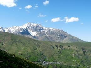Vue sur l'Arbizon et le village de Soulan