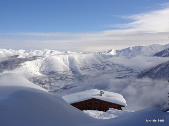 Chalet du Pla d'Adet sous la neige et superbe vue sur les vallées d'Aure et du Louron