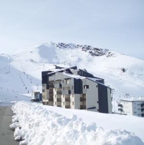 Le Grand Schuss dans la neige au pied des pistes au Pla d'Adet Saint-Lary Soulan