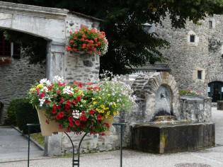 Village de Saint-Lary très fleuri - place de la mairie