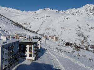 Vue du balcon du studio vers Espiaube, col du Portet et les chalets - Pla d'Adet Saint-Lary